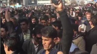 Waa Iiraaniyiin ka dibadbaxayaan sicir barar ka taagan magaalada Mashhad