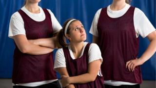 Escolares en una clase de gimnasia