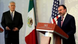メキシコのビデガライ外相(写真右)はティラーソン米国務長官(同左)との意見相違を隠そうとしなかった(写真は23日にメキシコシティで開かれた記者会見)