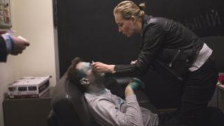 Жена Алексея Навального закапывает ему капли в глаз