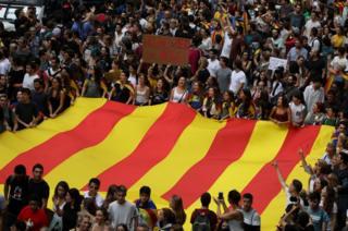 Bandera catalana gigante cargada por manifestantes