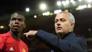 """L'entraîneur de Manchester United José Mourinho a exigé du """"respect"""" pour son milieu de terrain vedette Paul Pogba, le joueur le plus cher du monde."""