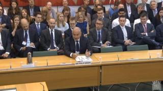 菲利普·格林爵士在議會回答質詢