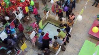Під час війни Абу Ахмед організував свято для сусідських дітлахів, серед яких було немало сиріт