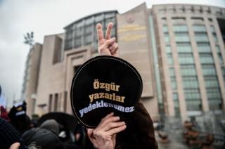 29 Aralık 2016'ta Aslı Erdoğan'ın yargılandığı davanın duruşması öncesi düzenlenen bir gösteri