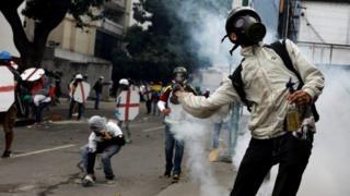تظاهرکنندگان به خصوص از تلاش رئیس جمهور برای بازنویسی قانون اساسی خشمگین هستند