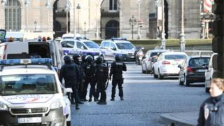 Поліція оточила Лувр