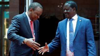 Raila Odinga (Midig) horey waxa uu u diiday in uu aqoonsado Uhuru Kenyatta (Bidix) in uu madaxwayne yahay