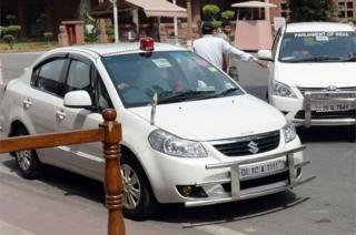 รถยนต์ของบุคคลสำคัญในอินเดียมักติดไฟกระพริบสีแดง
