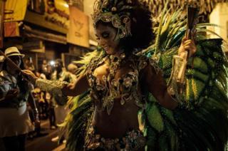 A dancer of Imperio Serrano Samba School