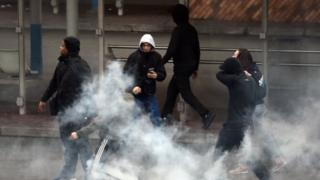 Youths clash with police in Paris' suburb of Bobigny. Photo: 16 February 2017