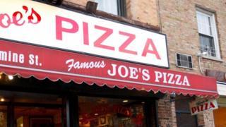 أحد مطاعم البيتزا