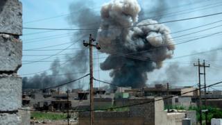 غارات جوية على حي الهرمات الذي سيطرت عليه القوات العراقية