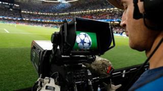 مصور تلفزيوني يصور مباراة لكرة القدم