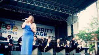 Вікторія Леоне під час виступу і Sheraton Cadwell Orchestras у Торонто