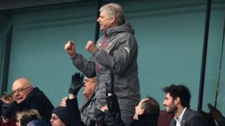 Arsene Wenger a lokacin da yake kallon wasansu da Hull City a cikin 'yan kallo