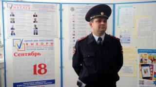 Полицейский на одном из избирательных участков в Ростов-на-Дону во время подготовки к единому дню голосования 18 сентября в РФ