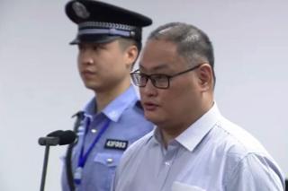 从法院发布的视频中可见留着平头的李明哲。