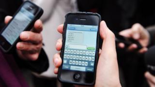 Мобильные телефоны в руках людей