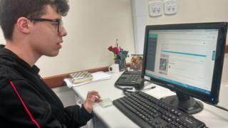 Anderson dos Santos Andrade, 16, usando o Geekie na escola