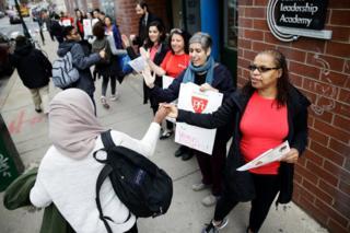 ABD'deki Philadelphia kentinde kadın öğretmenler Kadınsız Bir Gün eylemine katılarak bir günlüğüne greve gitti.