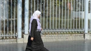 الشرطة البريطانية تحقق في هجوم على سيدة محجبة على أنه جريمة كراهية