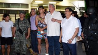 記者団のインタビューを受ける救助されたプリド選手(写真中央、30日)