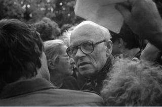 Andrei Dmitrievich Sakharov bersama isterinya, Jelena Bonner dalam sebuah unjuk rasa di Moskow, 1989. Jelena Bonner mewakili Sakharov untuk menerima Nobel Perdamaian 1975, karena suaminya tak mendapat izin pemerintah Sovyet.