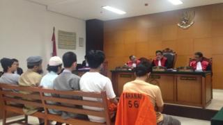 Enam terdakwa terorisme asal Batam mendengarkan vonis hakim di PN Jakarta Timur, (ki-ka) Eka Saputra, Trio Safrido, Tarmizi, Gigih Rahmat Dewa. Hadi Gusti Yanda, dan Leonardo Hutajulu.
