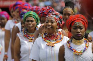 Waimbaji wa nyimbo za injili wakiwa wamevalia nguo za utamaduni wakati wa ibada mjini Johannesburg, Afrika Kusini. EPA/Picha - 14 Aprili 2017