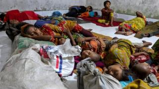 """Bangladeshi villagers sleep in a cyclone shelter following an evacuation by authorities in the coastal villages of the Cox""""s Bazar district on May 29, 2017 as Cyclone """"Mora"""" gradually approaches towards the coastline"""