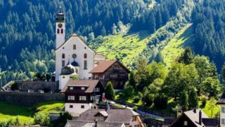 Швейцарцы много и упорно трудятся, но когда рядом Альпы - гораздо проще проводить больше времени на природе