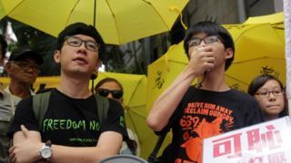 黃之鋒(右)