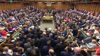 英国下议院批准首相6月8日提前大选决定
