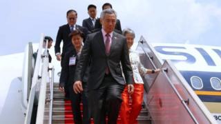 Thủ tướng Lý Hiển Long cùng phu nhân đáp xuống sân bay Tân Sơn Nhất hôm 21/03/2017