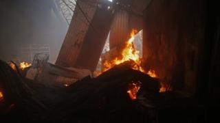 El fuego consume una de las tiendas del Mercado Oriental.