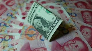 人民元紙幣とドル紙幣