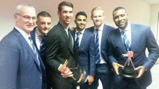 Kocha wa Leicester pamoja na wachezaji wa timu hiyo na Mwogeleaji Michael Phelps baada ya kushinda tuzo za BBC