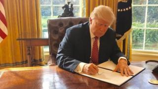 ประธานาธิบดีทรัมป์ กำลังลงนามในคำสั่งพิเศษของประธานาธิบดีฉบับใหม่