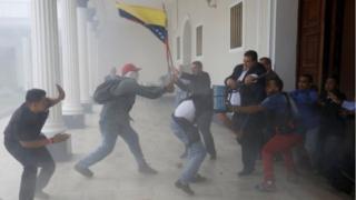 столкновения сторонников Николаса Мадуро с оппозицией у парламента Венесуэлы