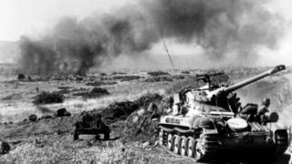 Golan tepesinde 1967'de İsrail tanklarının ilerleyişi