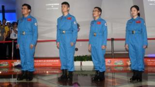 """(从左至右)""""太空180""""试验的4名志愿者唐永康、罗杰、吴世云、仝飞舟进舱前亮相(中新社图片17/6/2016)"""