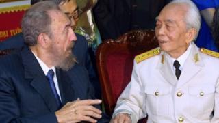Fidel Castro và Đại tướng Võ Nguyên Giáp năm 2003 ở Hà Nội