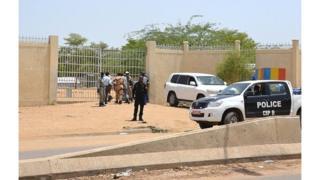 Des policiers tchadiens devant un commissariat à N'Djamena