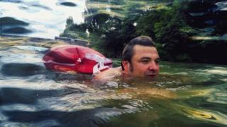 ชายว่ายน้ำ
