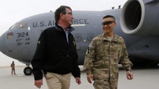 Chuẩn tướng Lương Xuân Việt (phải) đón Bộ trưởng Quốc phòng Ash Carter đến thăm căn cứ tại Kandahar, Afghanistan tháng 2/2015