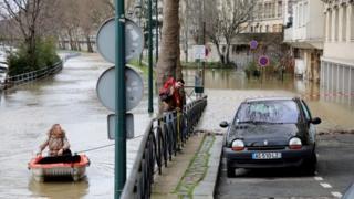 Мужчина помогает женщине припарковать лодку
