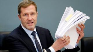 Wallonia leader Paul Magnette holds up Ceta documents in Walloon parliament, 21 Oct 16