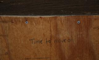 """Inscripción que dice: """"Es momento de avanzar"""", en la puerta de la Iglesia."""
