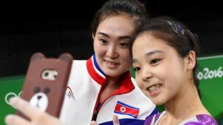 2016 리우올림픽에서 한국과 북한 체조선수가 함께 찍은 사진이 화제가 됐다